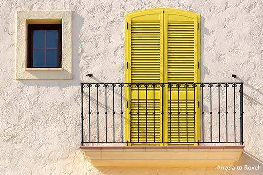 Andalucia - Balkon in Villaricos mit gelber Tür, weiße Hausfassade mit Balkon, gelber Balkontür und kleinem Fenster in Villaricos, Andalusien 2012