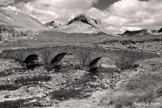 """Die Sligachan Bridge, eine alte Steinbrücke auf der schottischen Insel Skye, vielen als Filmkulisse in """"Highlander"""" bekannt, monochrom, Schottland"""