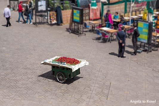 Verlassener Erdbeerstand auf dem Gauklerplatz Djemaa el Fna in Marrakesch, Marokko