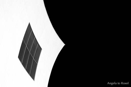 Fotografie: Fenster in der konkaven Fassade des Palacio de Congresos in Aguilas / Murcia, Architekturdetail, Flächen und Linien, schwarzweiß, Spanien