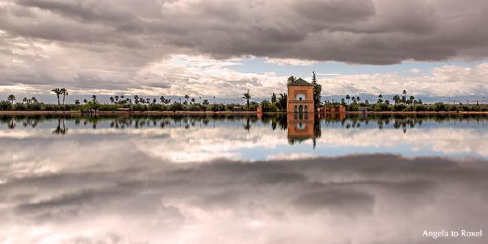 Der Pavillon spiegelt sich im Wasserbecken des Stadtgartens - Die Menara-Gärten in Marrakesch