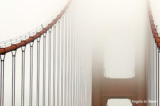 Stahlseile und Pylon der Hängebrücke Golden Gate Bridge im Nebel, Wahrzeichen von San Francisco, Texturgradient, Kalifornien - USA 2011
