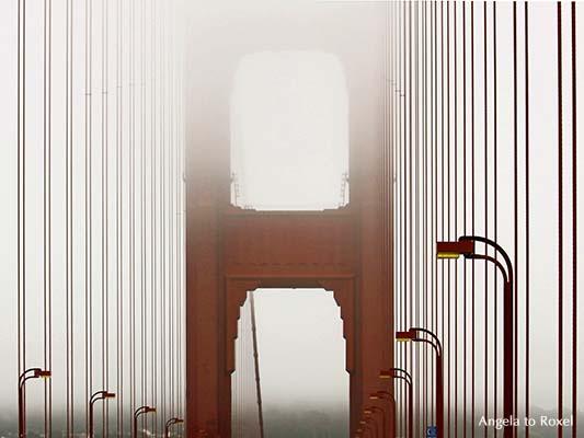 Architektur Bilder kaufen: mist! Golden Gate Bridge im Nebel, Blick auf den Brückenpfeiler, die Straßenlaternen der Golden Gate Brücke, San Francisco