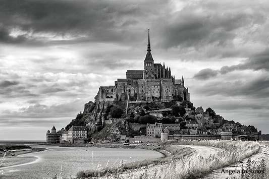Architektur Bilder kaufen: Mont-Saint-Michel schwarz-weiß, dunkle Wolken umgeben den Klosterberg in der Normandie - Ihr Kontakt:  Angela to Roxel