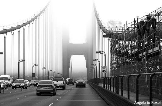 Golden Gate Bridge im Alltag, Brückenpfeiler im Nebel, schwarzweiß