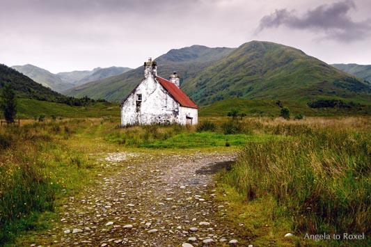 Fotografien kaufen: Glen Affric, verlassenes Cottage mit rotem Dach in der Einsamkeit der Highlands, Schottland | Ihr Kontakt: Angela to Roxel