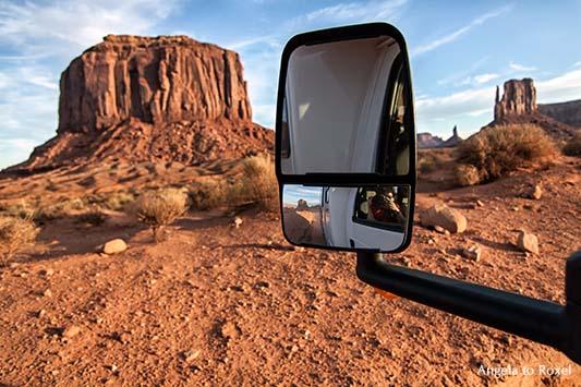 Abendtour durch das Monument Valley, Selbstporträt zwischen Tafelbergen im Rückspiegel eines Wohnmobils, Abendstimmung  - Utah, USA 2011