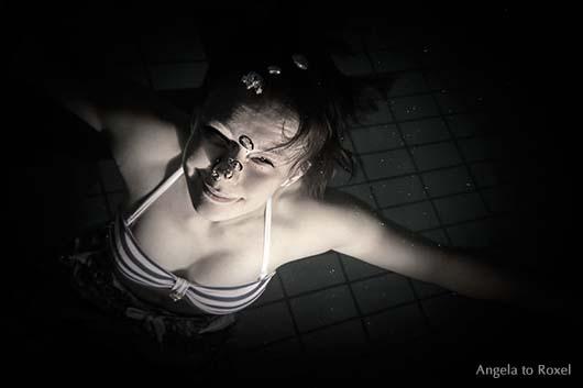 Portrait einer jungen Frau beim Auftauchen, Unterwasserfotografie, Vogelperspektive