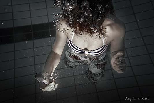 Fotografie: Junge Frau macht unter Wasser ein Selfie, Selbstportrait einer Frau unter Wasser, Unterwasserfotografie im Pool, Aufnahme von oben