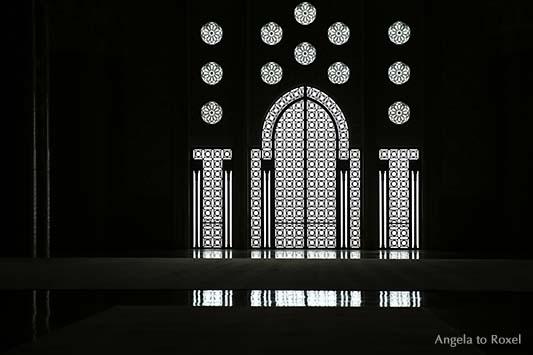 Fenster und Tür der Moschee Hassan II in Casablanca, Ornamentik, Gegenlicht, schwarzweiß