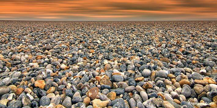 Die Weite der Kiesstrände an der Alabasterküste bei Dieppe, Normandie