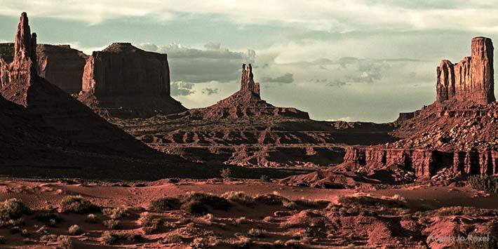 Sandsteinformationen im Monument Valley, Ebene auf dem Colorado Plateau, innerhalb der Navajo-Nation-Reservation, Abendstimmung - Arizona 2011