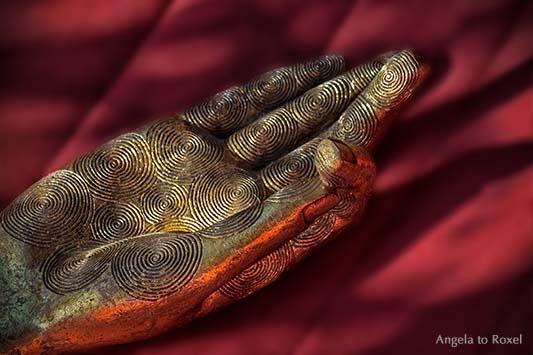 Abbildung des Jnana Mudras: Der Daumen berührt den Zeigefinger - goldene Hand auf rotem Hintergrund