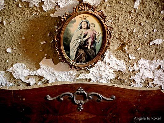Fotografie: Marienbild an einer Wand, Maria mit dem Jesuskind, Putz blättert ab, Betthaupt in einer verlassenen Höhlenwohnung in Andalusien, Spanien