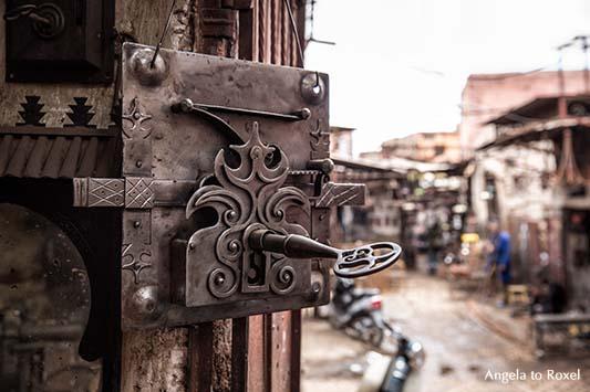 Fotografien kaufen: Schloss und Schlüssel, handgeschmiedet, Souk in Marokko, Schmiedekunst in den Souks von Marrakesch | Ihr Kontakt: Angela to Roxel