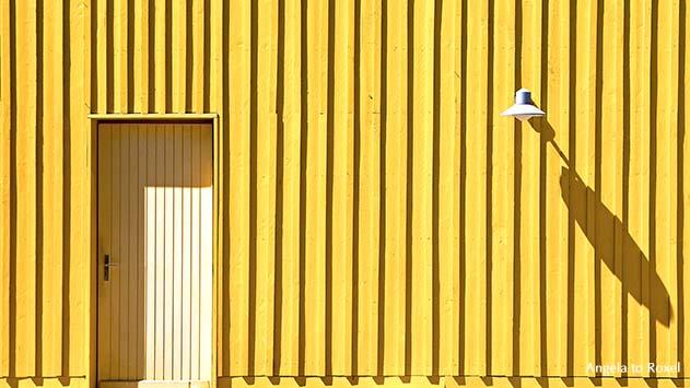 Fotografie: Tür und Lampe eines gelben Strandhäuschens auf der Île d'Oléron, leuchtendes Gelb, Architektur Bilder kaufen | Angela to Roxel