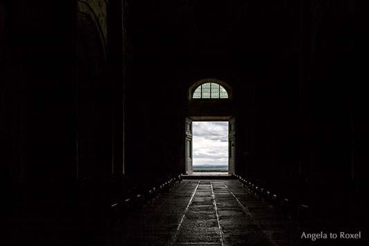 Die Tür - Abtei Mont-Saint-Michel, Ausgang der mittelalterlichen Abtei des Mont-Saint-Michel zur Westterrasse, Licht und Schatten, Normandie 2012