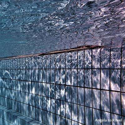 Fotografie: Unterwasseraufnahme eines Schwimmbeckens, Lichtreflexionen im Wasser und auf der Wand, blau, Unterwasserfotografie, Bildlizenz