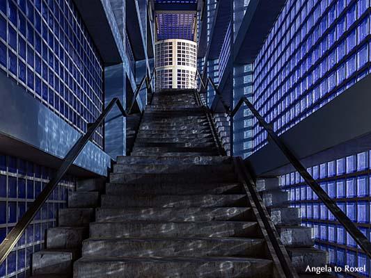 Blaue Glasbaustein an der Treppe zum Ausgang, Blauer Bahnhof
