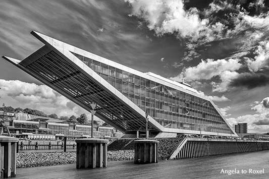 Schwarzweiß-Aufnahme des Bürogebäudes Dockland von der Elbe aus