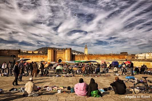 Fotografie: Vor der Kasbah in Fès, Markt vor der Altstadt, im Hintergrund die Stadtmauer, Marokko | Bilder kaufen - Ihr Kontakt: Angela to Roxel