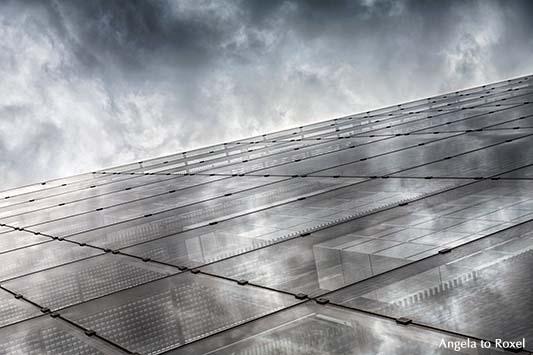 Glasfassade der Nord LB mit Spiegelung der Wolken, innen und außen