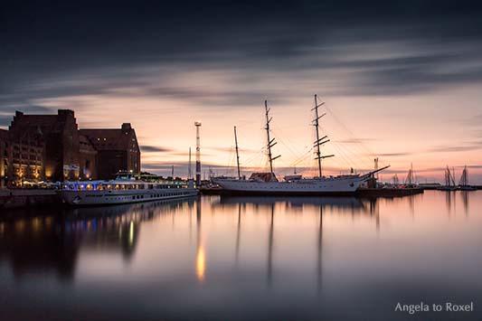Das als Bark getakelte Segelschulschiff Gorch Fock im Hafen von Stralsund, Abendstimmung, stimmungsvolle Langzeitbelichtung - Stralsund 2013