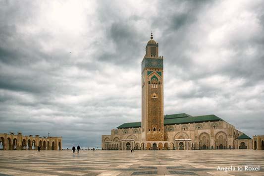Innenhof der Moschee Hassan II, Weitwinkelaufnahme im diffusen Gegenlicht