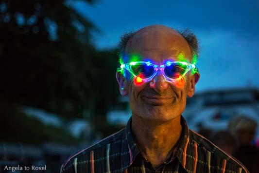 Porträt mit LED-Brille in der blauen Stunde