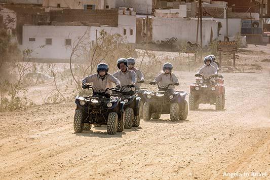 Fotografie: Rallye Diabat, Quad fahren in Marokko, jugendliche Quadfahrer auf einer staubigen Straße in Diabat, Essaouira/Marokko | Angela to Roxel