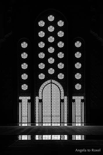 Tür und Fenster der Moschee Hassan II, Gegenlicht, schwarzweiß