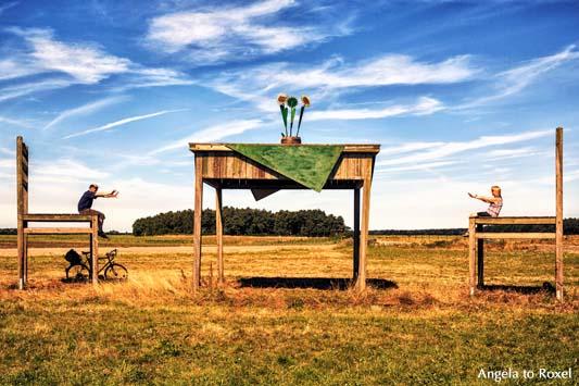 Fotografie: Tisch und Stuhl, groß & klein, Mann und Frau am Tisch, Tisch und Stühle im Großformat, Gut Darß, Fischland/Darß | Kontakt: Angela to Roxel