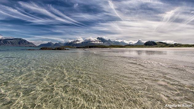 Berge hinter der Küste der Norwegischen See im Gegenlicht, Fredvang, Insel Flakstadøya, Lofoten, Nordland