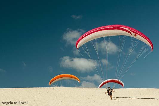 Drei Paraglider beim Küstenstart auf dem Dünenkamm - Dune du Pilat, Arcachon