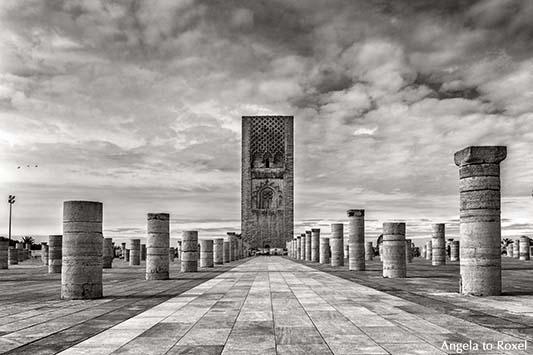 Schwarzweißaufnahme des unvollendeten Minaretts der ebenfalls unvollendeten Großen Moschee in Rabat
