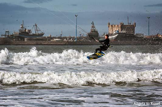 Fotografie: Kitesurfen in Essaouira, Kitesurfer vor der Hafenkulisse von Essaouira in Marokko, Wellen an der Plage Tagharte, Essaouira - Marokko 2014