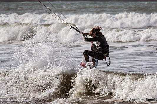 Fotografie: Dreadlock Holiday, Kitesurfer in Essaouira, Sprung eines Kitesurfers in der Brandung, Plage Tagharte, Marokko 2014 | Angela to Roxel