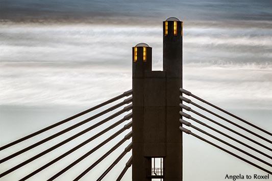 Fotografie: Twilight - Detail der Holzfällerkerzenbrücke, Pylon der Jätkänkynttiläsilta in Rovaniemi in der Dämmerung - Lappland, Finnland Juli 2014