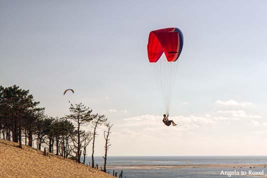 Fotografie: Zwei Paraglider fliegen am Atlantik über der Dune du Pilat, Aquitanien, Frankreich | Ihr Kontakt: Angela to Roxel
