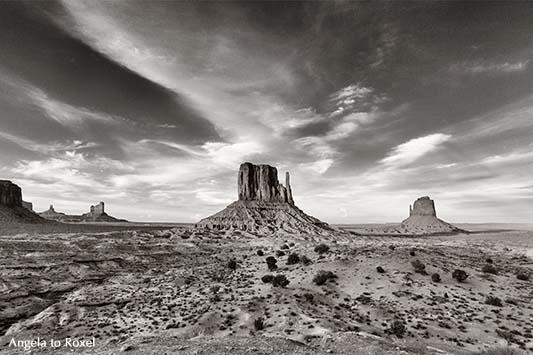 Monument Valley, Schwarzweißaufnahme, mit Sentinel Mesa, West Mitten Butte und East Mitten Butte am Abend, monochrom