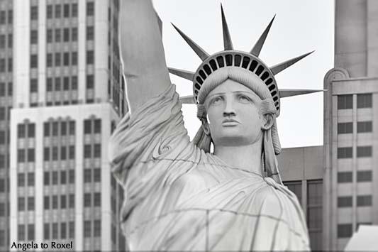 Detail der nachgebildeten Freiheitsstatue vor dem New York - New York Hotel in Las Vegas, Schwarzweißaufnahme, Las Vegas, Nevada