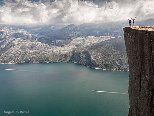 Zwei Wanderer auf dem Prekestolen, der Felskanzel hoch über dem Lysefjord