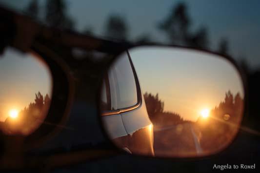 Fotografie: Mitternachtssonne spiegelt sich im doppelten Rückspiegel während einer Autofahrt durch der Mittsommernacht, Nordschweden 2014 - Stockfoto