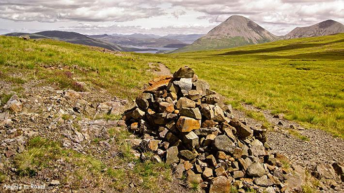 Fotografie: Cairns & Cuillins, Steinhaufen, Wegweiser nach Sligachan, im Hintergrund die Red Cuillins, Skye, Schottland, Landschaftsbilder kaufen