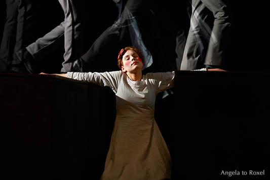 Fotografie: Aufbruch, Marja in Böse Geister, nach dem Roman von Fjodor Dostojewskij, Theater Total in der Stadthalle Brakel, 07.05.2015, Bühnenbild
