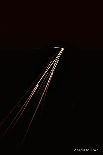 Lichtspuren in der Nacht, Rücklichter von Autos, Lichter in der Dunkelheit, Licht und Dunkelheit, Langzeitbelichtung, analog, Kunstfotografie kaufen