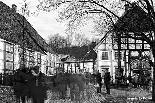 Menschen auf dem Weihnachtsmarkt, Langzeitbelichtung mit Bewegungsunschärfe, schwarzweiß