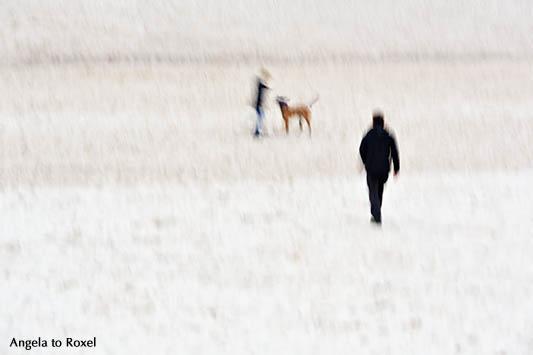 Fotografie: Me and you - Dog on the beach, zwei mit Hund am Strand, Langzeitbelichtung, Wischtechnik - Kunstfotografie kaufen | A. to Roxel