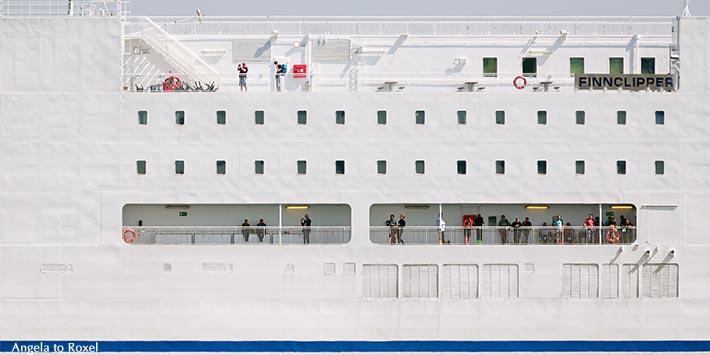 Passagiere auf dem Finnclipper, Fähre vor der Einfahrt in den Hafen von Malmö, Detailaufnahme der Außenkabinen und Decks - Schweden 2014