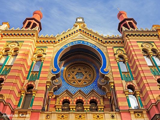 Jerusalemsynagoge, Detail der farbenprächtigen Westfassade in der Prager Neustadt, Blick von unten - Tschechien 2016
